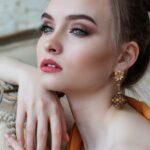 Atraktiv dame med smykker og makeup
