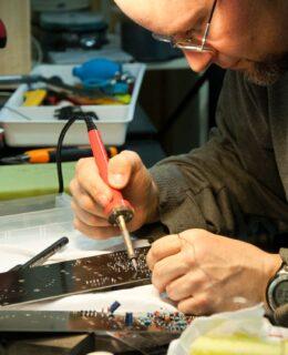 Elektriker lodder elektronik sammen