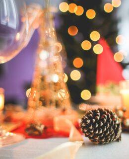 Fest med vinglas og anrettet bord