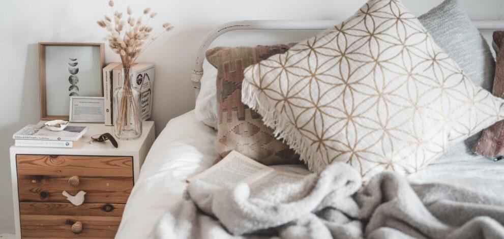 Flot indrettet soveværelse med brunt tema