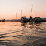 Havn i solnedgang med mange skibe