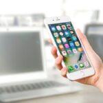 Iphone bliver holdt af person på kontor