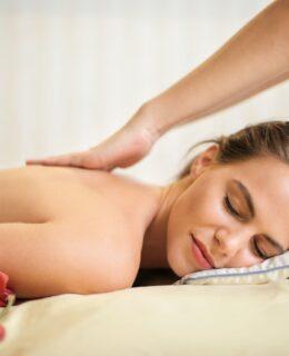 Kvinde får massage af mand