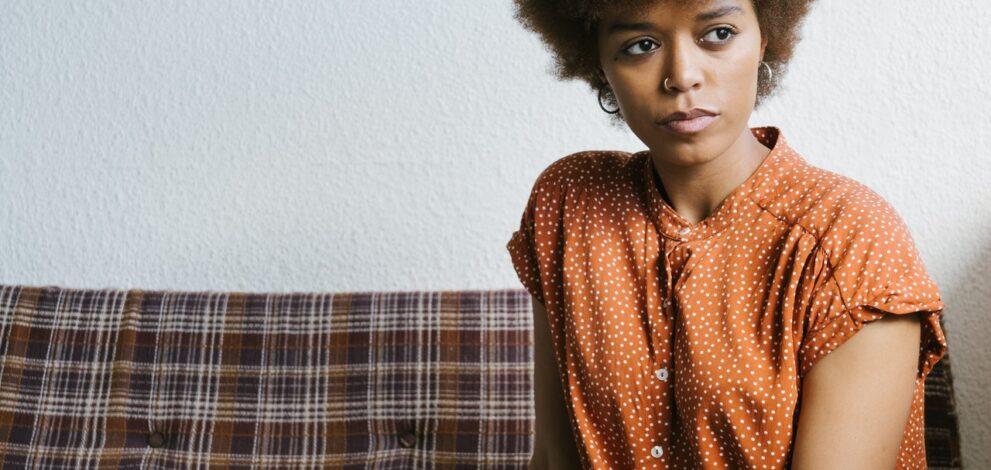 Kvinde har stilet tøj på i sofa