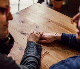 Mand og kvinde flirter på en bar