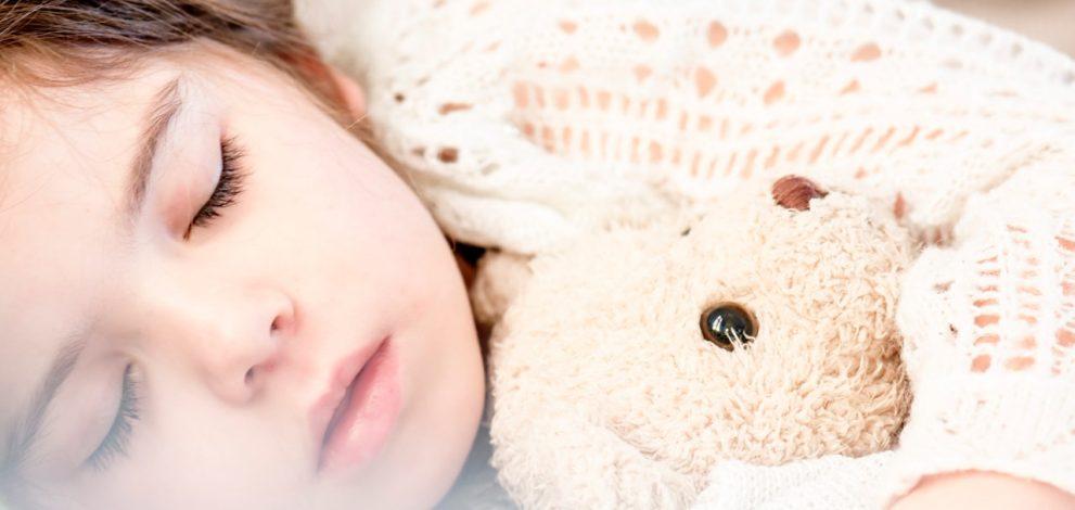 Pige sover med bamse