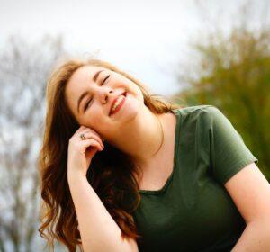 Smilende kvinde er glad