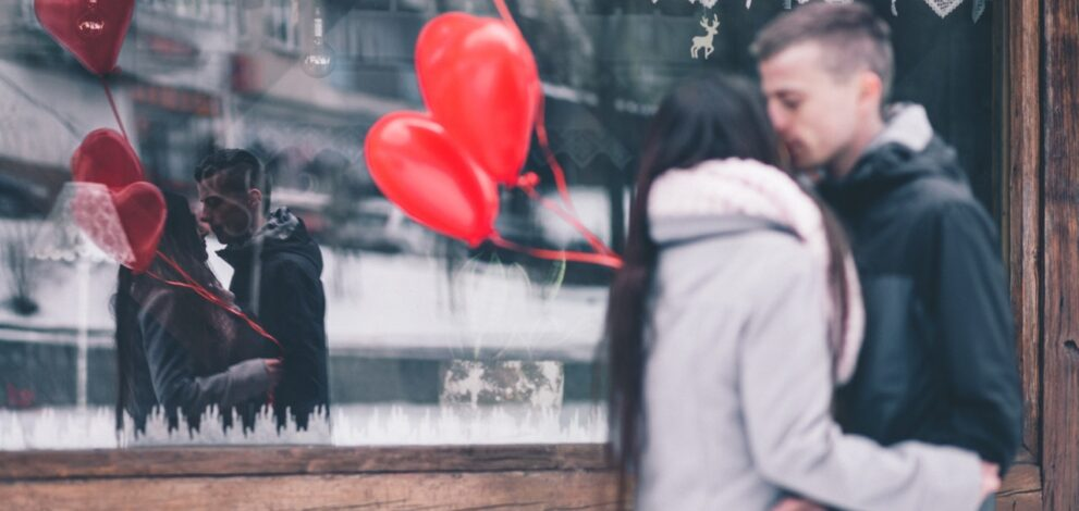 To voksne er forelsket og holder valentinesdag