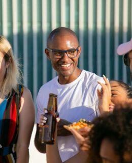 Unge mennesker drikker øl sammen